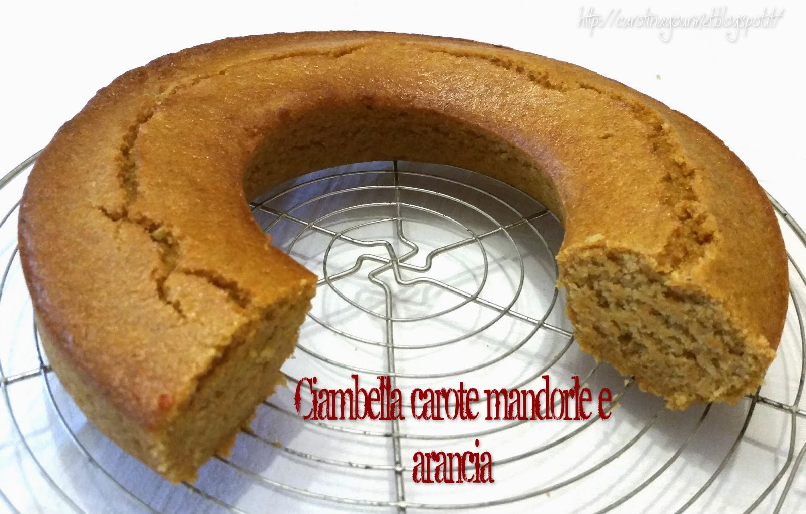 Fotografia del dolce Ciambella carota mandorle e arancia dal blog Carotina Gourmet