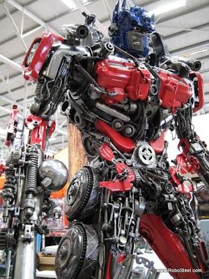 Optimus prime Robot hecho con desechos reciclados metálicos
