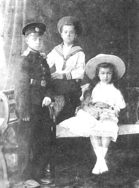 Константин Веригин (слева) с братом Михаилом и сестрой Ольгой. Ялта, 1908 г.