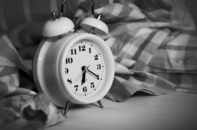 bangun dengan jam weker dan sukses di hari itu