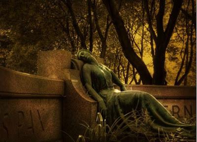 Escultura de piedra en cementerio