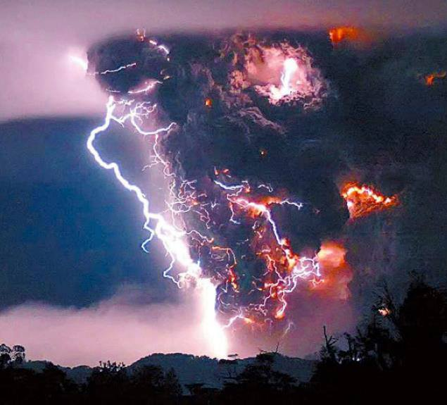Amazing Things In The World: Lightning Bolts Appear Above