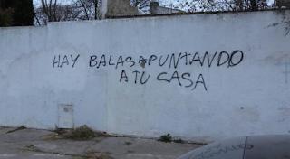 """""""Hay balas apuntando a tu casa"""", asegura la consigna plasmada por anònimos frente a uno de los paredones de la casa del alcalde de Cambiemos."""