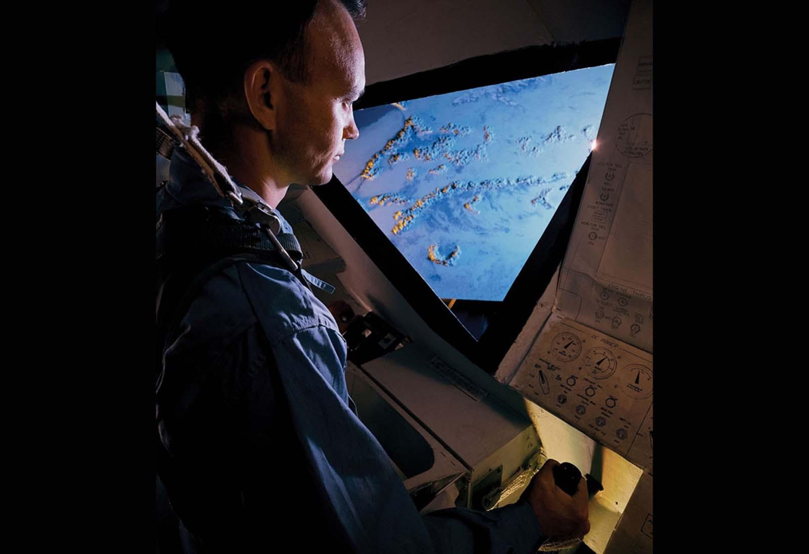 Um astronauta da Apollo opera um simulador de vôo durante o treinamento missionário para o programa espacial da NASA em Dallas, Texas.