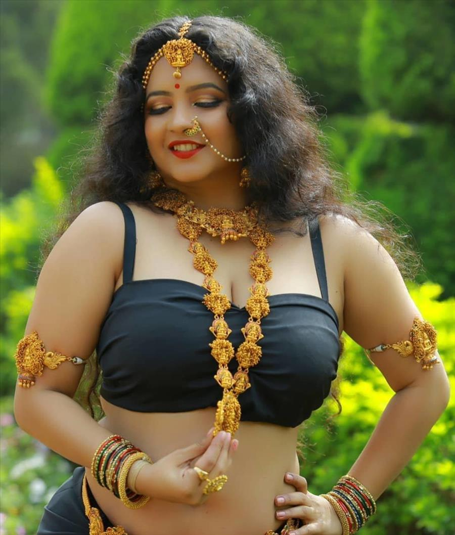 Indian Girl Shubha Poonja Navel Hip Show In Black Lehenga Choli