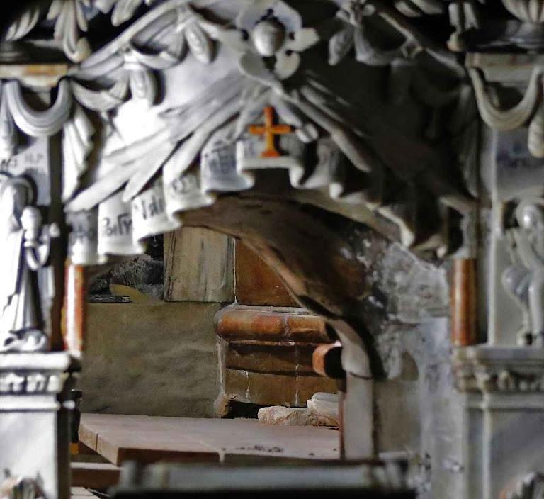 Portinha de ingresso no Santo Sepulcro enquanto a equipe de restauração retirava o mármore superior.
