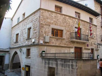ayuntamiento, Beceitez Beseit, lonja, plaza, tosca, banderas