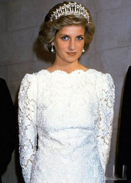 Here is Diana wearing the pearl drop piece in a dress very much like the lace McQueen Kate has recycled: