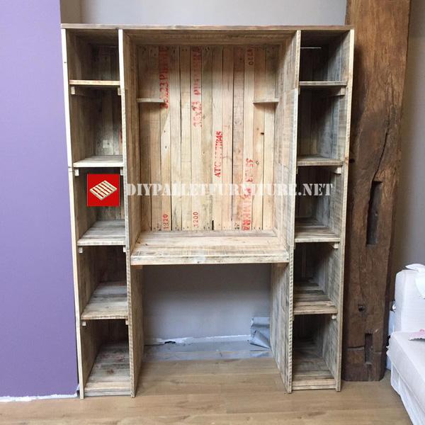 se trata de una mesa estantera con un espacio central para usarse como escritorio y con estantes en los laterales