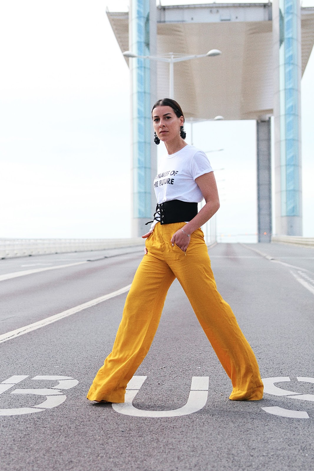 idée-de-look-été-2017-pantalon-jaune-t-shirt-females-of-the-future