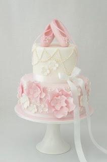 Tort in roz si alb cu decor balerini roz pentru botez sau party fetita