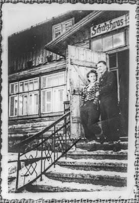 Ein Paar vor dem Schutzhaus Heidelkoppe nahe Bad Landeck