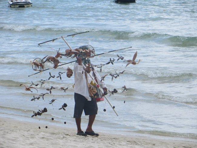 продавец игрушек из кокосового ореха
