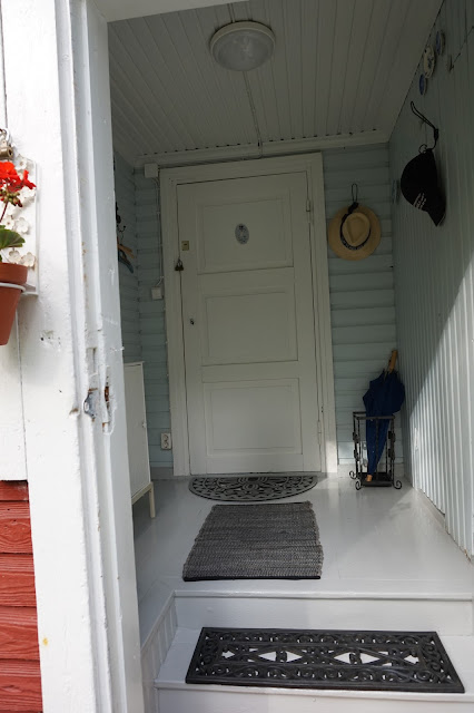 Eteinen katsottuna portailta sisään