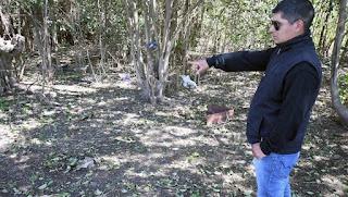 Carlos Torres, familiar de la chica violada en su fiesta de 15, muestra el lugar donde la encontraron tras el ataque. Foto: JUAN JOSE GARCIA  1 de 3