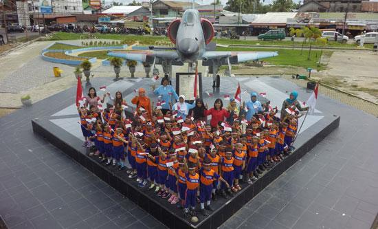 FOTO BERSAMA : para peserta foto bersama begitu acara selesai. Foto Kapentak Danlanud Supadio