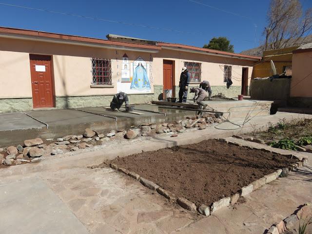 heute am Samstag haben wir die Plattform vorm südlichen Wohnflügel fast fertig gemacht. Franz war heute nicht zur Arbeit erschienen, das kommt gelegentlich vor.