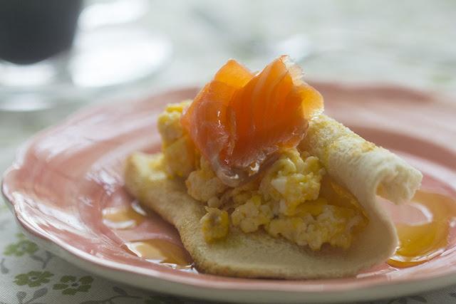 Tostadas con huevos revueltos y salmón ahumado