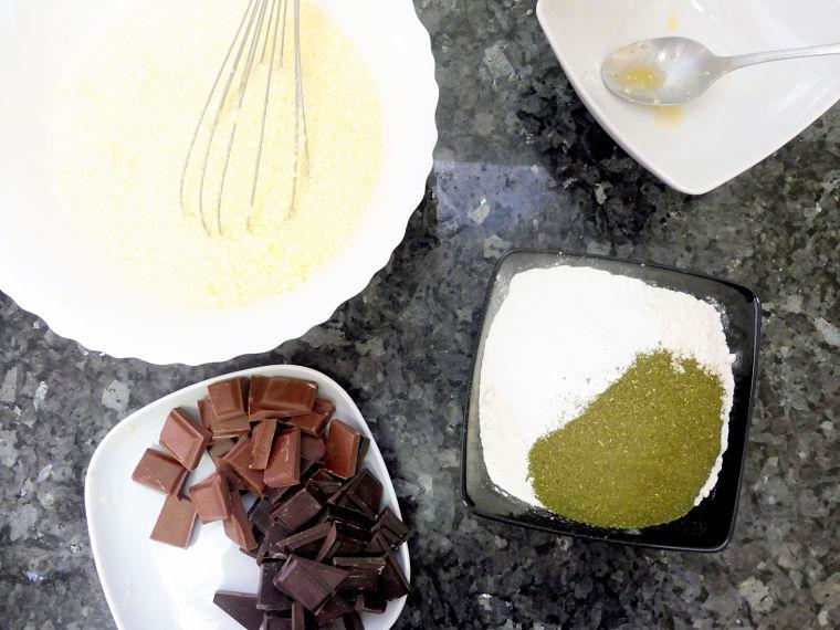 Receta de Bundt Cake de té verde con salsa de chocolate