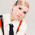 """Fada sem defeitos, Carly Rae Jepsen mostra que sabe se divertir sozinha em """"Party For One"""""""