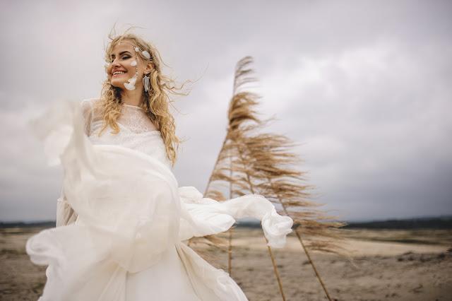 Sesja ślubna w wietrzną pogodę.