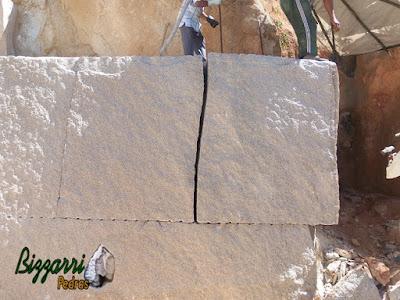 Bloco de pedra granito sendo cortado para execução de pedra folheta para parede de pedra.