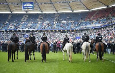http://www.rp-online.de/sport/fussball/bundesliga/hamburger-sv-fans-stuermen-nach-klassenerhalt-den-platz-bid-1.6833773