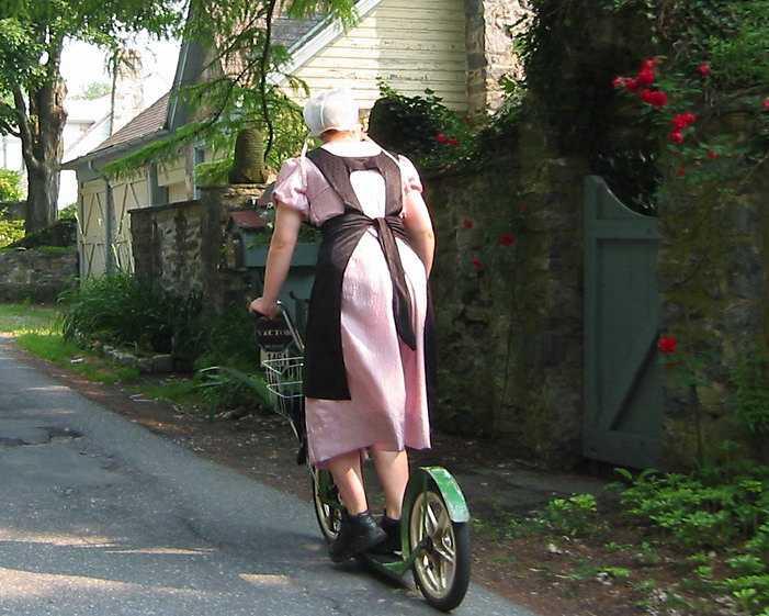 femme Amish en trottinette
