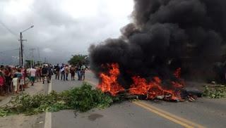 Protesto contra acidentes interdita BR-104, em Remígio