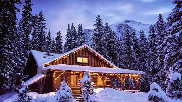 Huis in de bergen met kerstverlichting