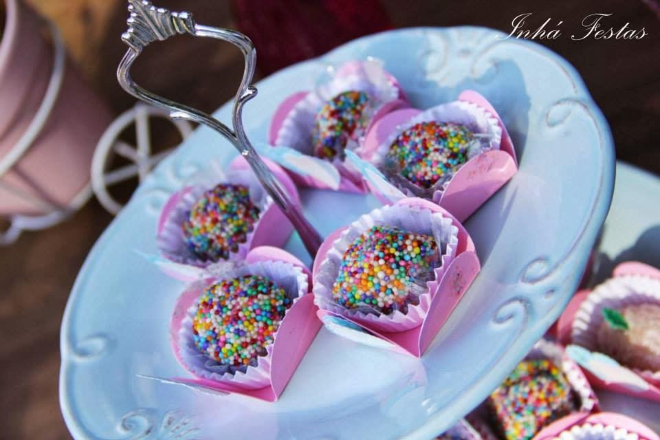 festa-decoracao-romantica-mesa-bolo-doces