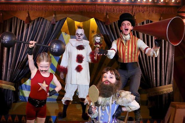 No ano passado, 2017, a homenagem foi aos circos bizarros no Halloween da família Harris-Burtka.