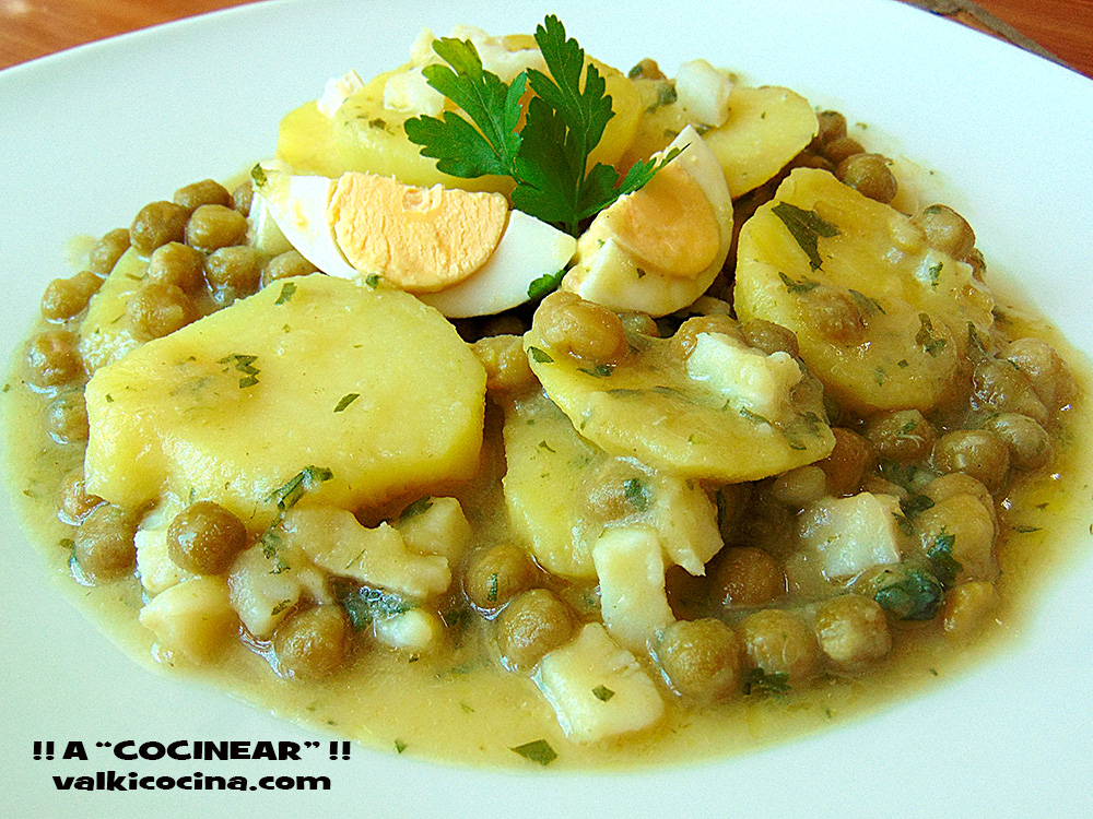 Patatas en salsa verde con guisantes y bacalao a - Bacalao con garbanzos y patatas ...
