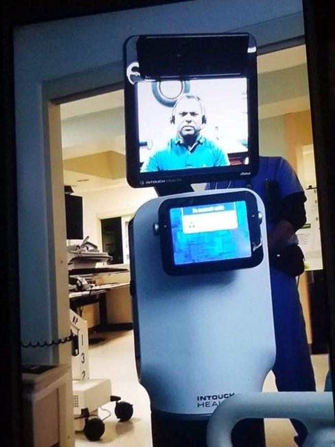 طبيب يبلغ مريضا بوفاته خلال أيام عبر رسالة على شاشة روبوت