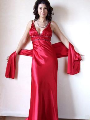 Foto de mujer con vestido con escote y da juego con una pañoleta grande