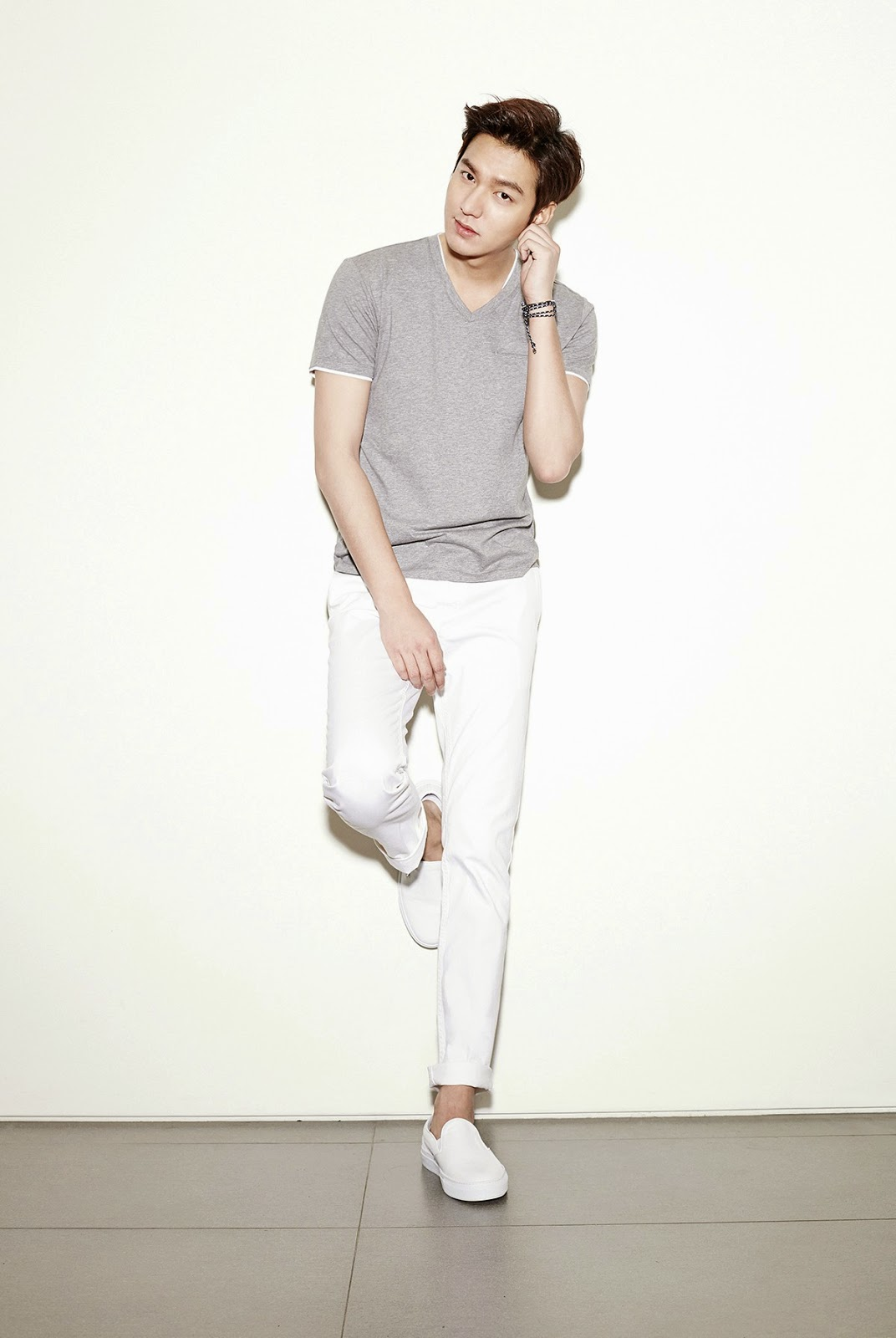 Falling Apart Wallpaper The Imaginary World Of Monika Lee Min Ho For Tngt Fashion