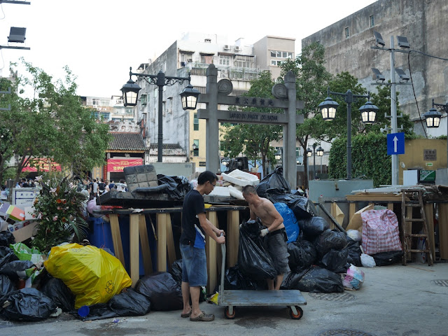 piles of trash at Largo do Pagode do Bazar
