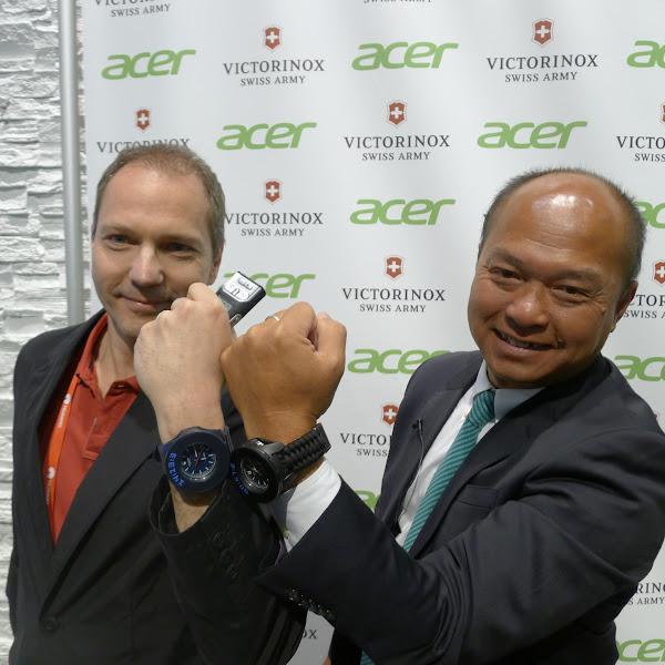 宏碁智慧型手機事業群總經理劉思泰(右)、Victorinox執行長Alexander M. Bennouna(左)在MWC展示合作的智慧錶框