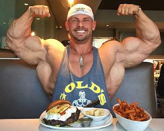 culturista con sus platos de comida haciendo la pose doble bíceps
