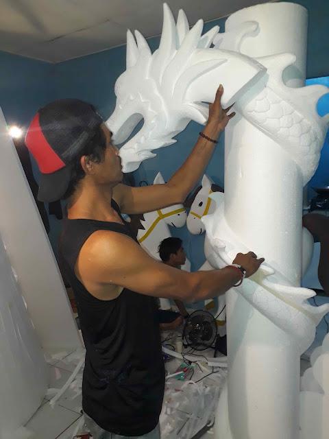 Proses pembuatan gate ukiran naga imlek dari gabus styrofoam