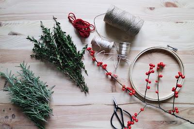 Elementos para preparar una corona de invierno con hierbas y bayas