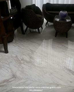 lantai ruang tamu dengan marmer macedonia