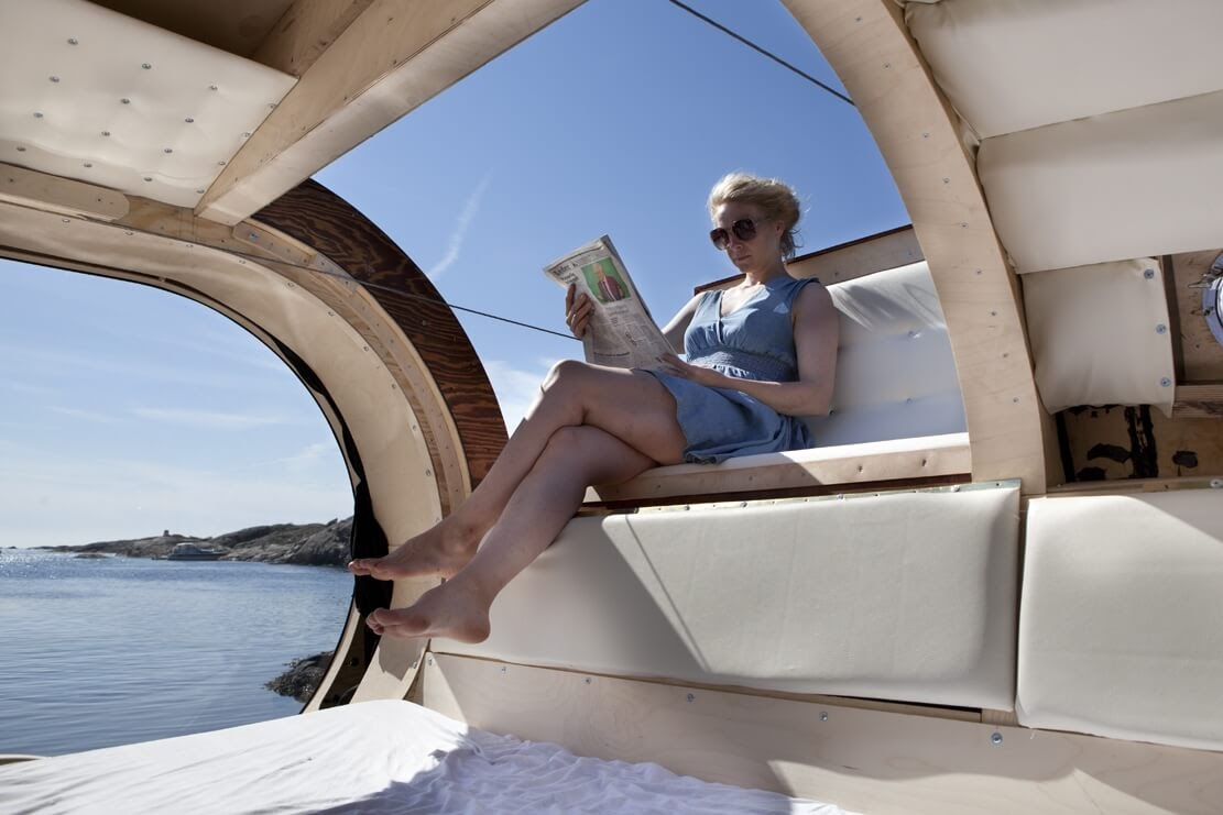 03-Reading-in-Comfort-Erik-Pirolt-Architecture-with-the-Flying-Pod-www-designstack-co