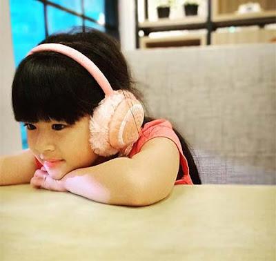 Nadhira Lubis Dengarkan Lagu