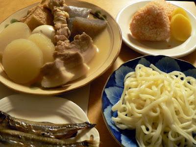 夕食の献立 献立レシピ 飽きない献立 豚バラおでん(白だし煮)シシャモ メンタイ焼きおにぎり うどん