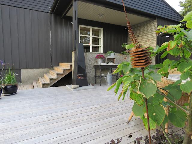 Terrassen med peisen sett fra syd. Furulunden