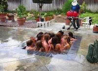 Mädchen feiern Pool Party lustig