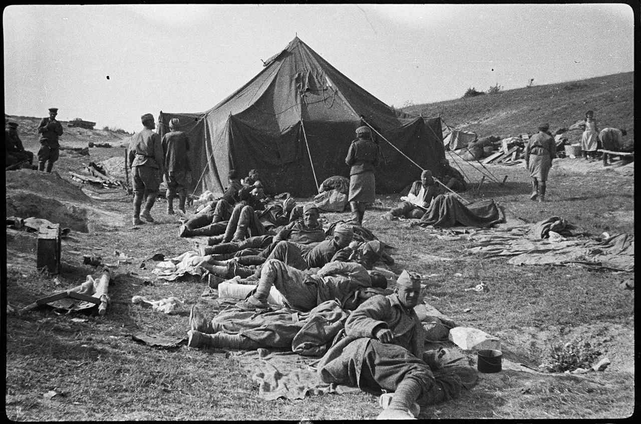 Раненые в ожидании эвакуации у пункта медицинской помощи в районе Безымянной (Федюкины высоты), 9 мая 1944 года