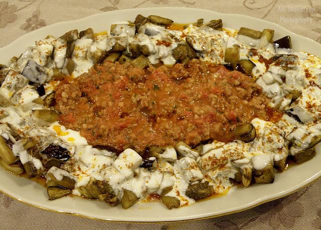 Ястие с патладжани кайма и млечно-чеснов сос