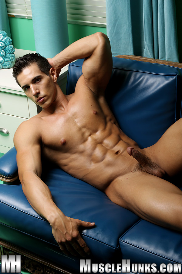 Straight muscle hunk jerks off on amateur cam 10